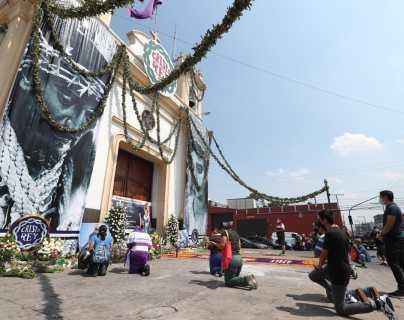Feligreses se acercan a venerar imagen de Cristo Rey desde afuera del templo