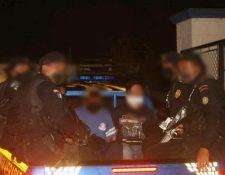 Dos de los capturados señalados de la muerte de tres policías son trasladados a un juzgado en Alta Verapaz. (Foto Prensa Libre: PNC)