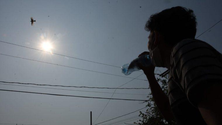 Vecinos de Zacapa aseguran que las temperaturas de los últimos días han sido sofocantes. (Foto Prensa Libre: Wilder López)