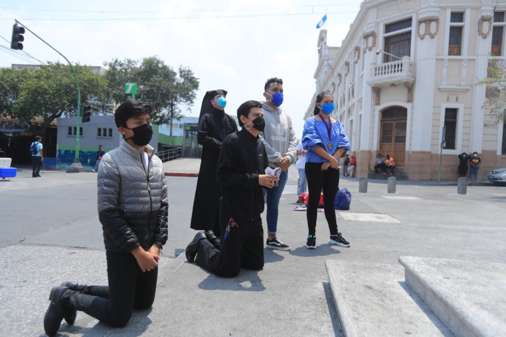 En las afueras de la parroquia de Nuestra Señora de los Remedios, El Calvario, también llegaron varios devotos. Foto Prensa Libre: Juan Diego González