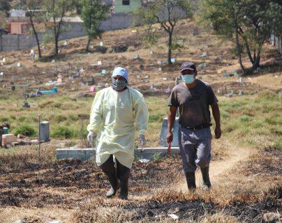 Empleados del Cementerio General recorren los terrenos que se han puesto a disposición para posibles muertes por coronavirus. (Foto Prensa Libre: Raúl Juáerz)