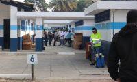 Conamigua reparte los alimentos en el albergue para retornados Ramiro de León Carpio. (Foto Prensa Libre: Twitter)