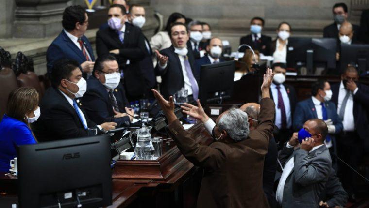 Diputados reclaman a la directiva una enmienda al procedimiento legislativo de la sesión de hoy. (Foto Prensa Libre: Carlos Hernández)