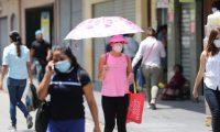 Muchas personas se movilizan en el paseo de la sexta en la zona 1 pese a la pandemia del coronavirus.   Fotograf'a. Erick Avila:                  01/04/2020