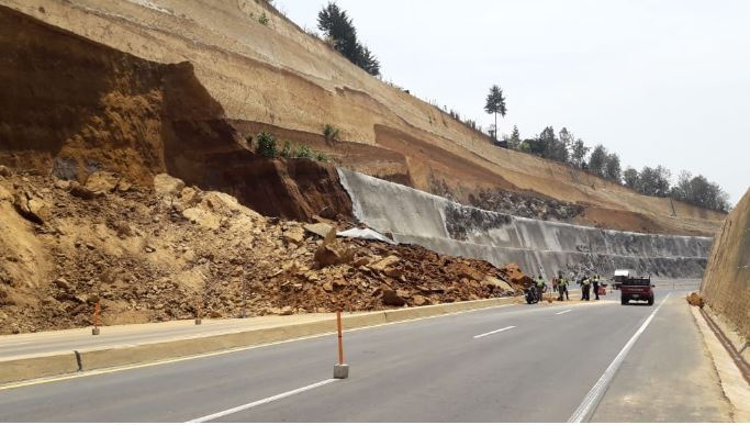Los derrumbes constantes sugieren una mala calidad de la obra, según las investigaciones. (Foto Prensa Libre: Víctor Chamalé)