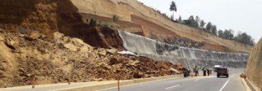 El derrumbe en el Libramiento de Chimaltenango dejó el paso parcialmente bloqueado. (Foto Prensa Libre: Víctor Chamalé)
