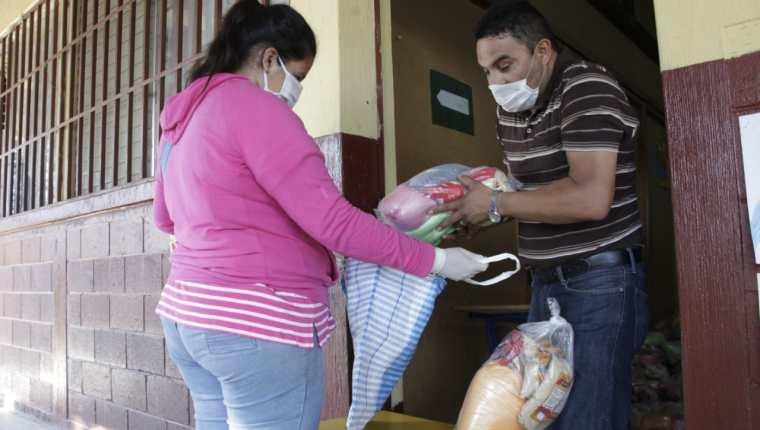 La primera entrega de víveres para estudiantes fue por 15 días de alimentación escolar. (Foto Prensa Libre: Hemeroteca PL)