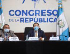El coordinador de la mesa de trabajo de protección ciudadana   -centro-, Armando Castillo, y el diputado Otto Callejas, en la reunión en la que conocieron una propuesta de la Anam para cambiar montos y tiempos de compras. (Foto Prensa Libre: Congreso)