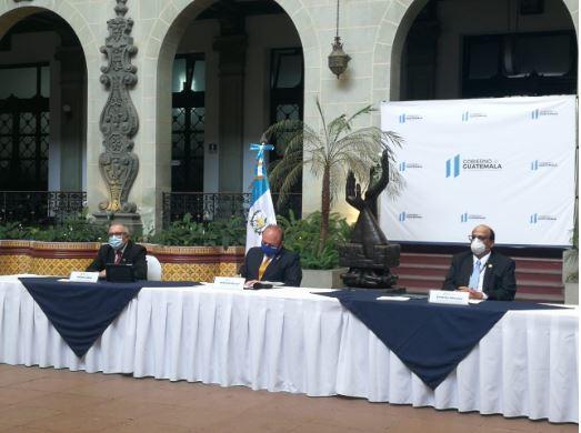 Ministros de Economía, Trabajo y viceministro de la pequeña empresa firman acuerdo para dar apoyo a empleados. (Foto Prensa Libre: Carlos Hernández)