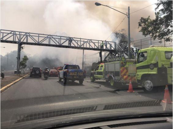 El fuego afecta el tránsito sobre el Periférico, en la zona 11 capitalina. (Foto Prensa Libre: PMT)