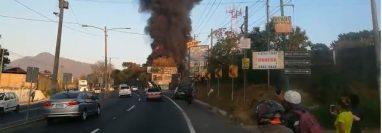 El fuego se extendió por toda la bodega de productos plásticos. (Foto Prensa Libre: Luis Machá)