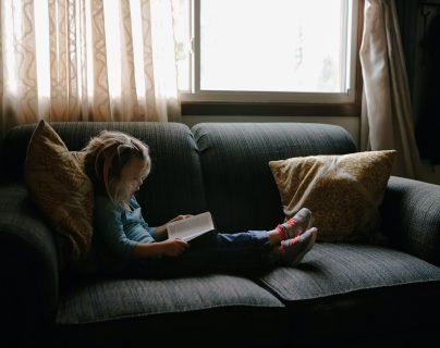 La lectura tiene un papel fundamental en las personas desde temprana edad. (Foto Prensa Libre: Unsplash)
