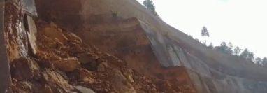 El daño en el talud generó deprendimiento de tierra y piedras sobre la carretera. (Foto Prensa Libre: Víctor Chamalé)