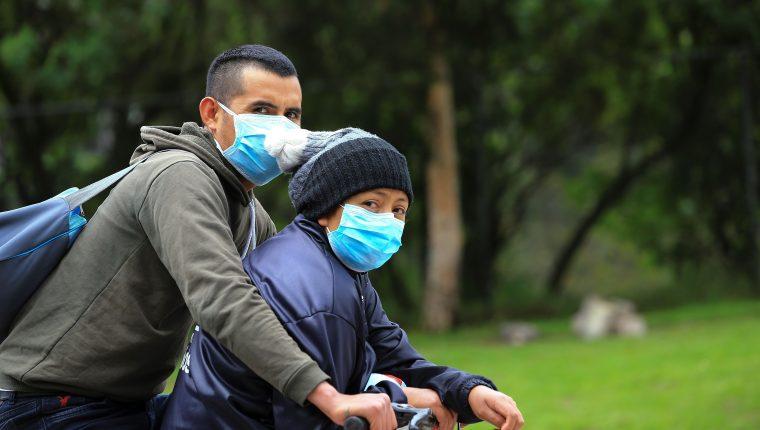 El uso de las mascarillas se ha popularizado entre la población mundial, como una medida de protección contra el covid-19. (Foto Prensa Libre: EFE)