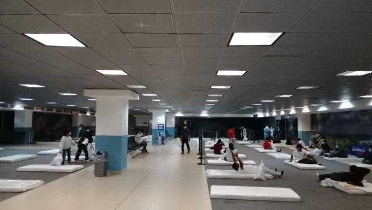 Un grupo de guatemaltecos deportados durmió la noche del 14 de abril en un ambiente del aeropuerto la Aurora. (Foto Prensa Libre: Hemeroteca PL)