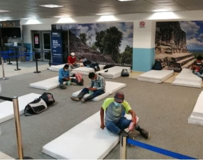 La Procuraduría de los Derechos Humanos evaluó la situación de los guatemaltecos deportados en el Aeropuerto Internacional la Aurora, en zona 13, y constató carencias. (Foto Prensa Libre: Cortesía)