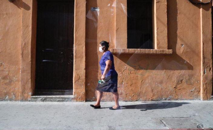 Todas las personas deben utilizar mascarilla al salir. (Foto Prensa Libre: Fernando García)