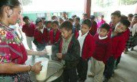 Durante el tiempo de clases, los estudiantes de preprimaria y primaria reciben alimentos en la escuela. El Mineduc tiene asignado Q4 por niño para este beneficio. (Foto Prensa Libre: Hemeroteca PL)