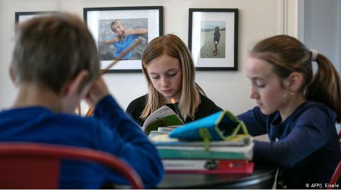 Clase en casa, millones de niños y jóvenes tienen que avanzar en sus estudios en familia debido a la cuarentena ordenada en la mayoría de países. (Foto Prensa Libre: AFP)