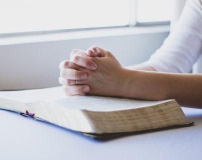 Los sacerdotes invitan a ser parte de Semana Santa desde distintas plataformas y orar en casa. (Foto Prensa Libre: Pixabay).