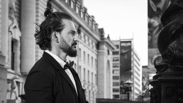 """Ricardo Arjona presenta """"Hongos"""", el primer sencillo del álbum """"Blanco y Negro"""". (Foto Prensa Libre: Cortesía Metamorfosis)"""