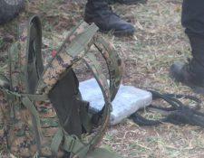 El soldado capturado en Las Cruces, Petén, llevan dos kilos de cocaína en su mochila. (Foto Prensa Libre: MP)
