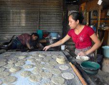 A pesar de los precios no autorizados del maíz, en la mayoría de negocios se venden cuatro tortillas por Q1.00. (Foto Prensa Libre: María René Gaitán)