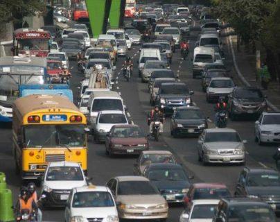 El tránsito es denso en algunos puntos de la ciudad de Guatemala, pese a la emergencia por el coronavirus. (Foto Prensa Libre: Hemeroteca PL).