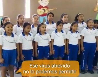 Previo a la emergencia por el covid-19 en Guatemala, niños de la escuela de Fundación Adentro de Ixcanal grabaron el video. (Foto Prensa Libre: Imagen tomada de Facebook).