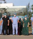 Médicos que salieron a la puerta principal del hospital en Villa Nueva. (Foto Prensa Libre: Érick  Ávila).