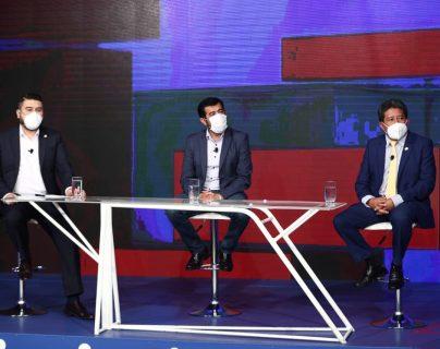 Alcaldes Javier Gramajo, Miguel Ovalle y Noé Boror durante el foro. (Foto Prensa Libre: Carlos Hernández).