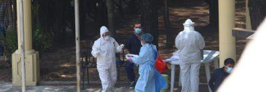 Enfermeras atienden a migrantes retornados dentro del centro recreativo Atanasio Tzul (Foto Prensa Libre: Raúl Juárez)