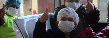 Los niños retornaron a su casa en un pequeño bus tras casi tres semanas de internación. José Rocha/Los Tiempos