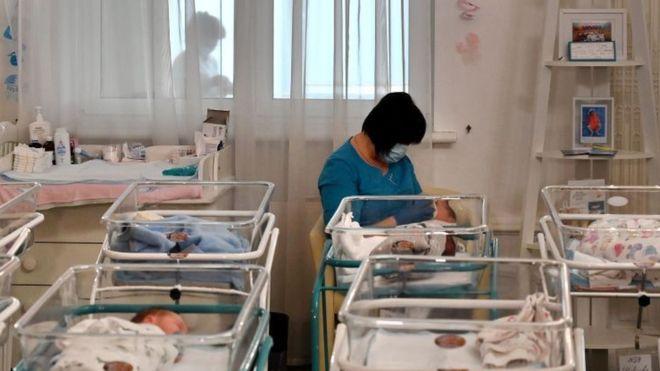 Pocos podían predecir que, para cuando naciera el bebé, estarían varados al otro lado del Atlántico debido a la pandemia de coronavirus. AFP