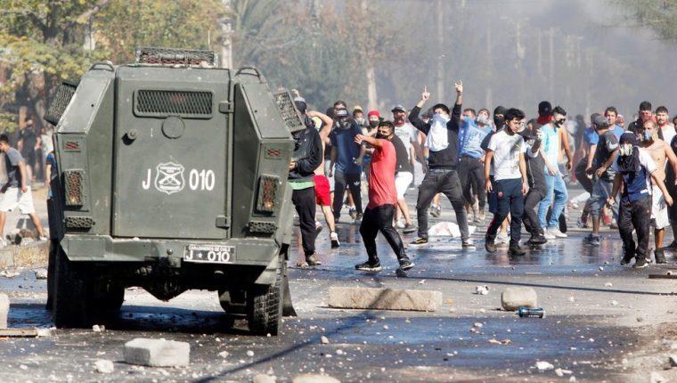 Con piedras y palos, los manifestantes se enfrentaron a los carabineros. EPA