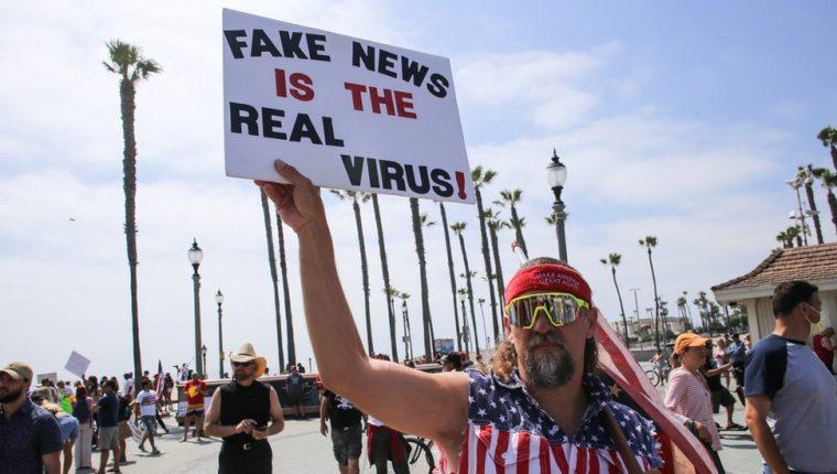 Un manifestante que duda de la existencia del SARS-CoV-2 y cree que html5-dom-document-internal-entity1-quot-endlas noticias falsas son el verdadero virushtml5-dom-document-internal-entity1-quot-end.