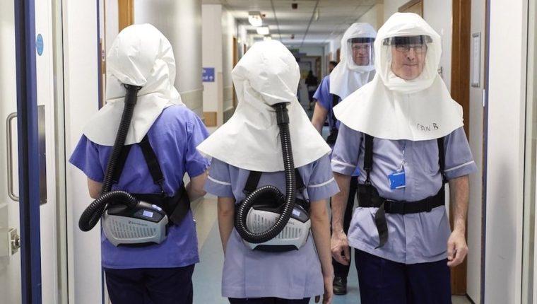 En el Hospital Universitario de Southampton, Reino Unido, el personal médico usa en pruebas unas máscaras con purificadores de aire especiales. UHSFT