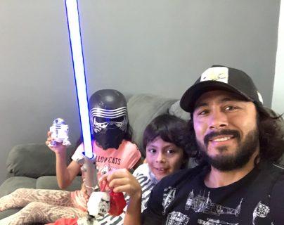 Agustín Herrera, junto a sus hijos, celebrando el Día de Star Wars. (Foto Prensa Libre: Cortesía Agustín Herrera)