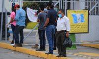 Personas esperan afuera del parque de la Industria a sus familiares recuperados de coronavirus. (Foto Prensa Libre: Hemeroteca).
