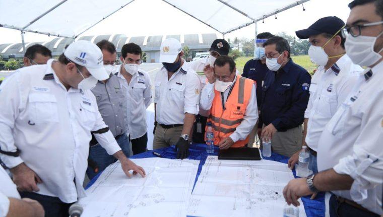 El presidente Alejandro Giammattei supervisa los trabajos que se realizarán para establecer el aeropuerto de carga en Escuintla. (Foto Prensa Libre: Presidencia)