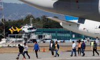GU4001. CIUDAD DE GUATEMALA (GUATEMALA), 12/03/2020.- Migrantes guatemaltecos bajan del avión que los trajo desde El Paso, Texas. Los migrantes deportados fueron acompañados por el canciller guatemalteco Pedro Brolo y recibidos en la Fuerza Aérea Guatemalteca bajo procesos de seguridad para determinar si tienen síntomas del Covid-19 (Coronavirus). EFE/Esteban Biba