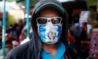 """AME8322. CIUDAD DE GUATEMALA (GUATEMALA), 27/03/2020.- Trabajadores del mercado La Terminal operan de manera normal hasta pasado el medio día este viernes, en Ciudad de Guatemala (Guatemala). El presidente de Guatemala, Alejandro Giammattei, aseguró que la contención del coronavirus en el país """"ha sido un éxito"""" hasta el momento con 25 casos confirmados, incluido un fallecido y cinco personas recuperadas. El pasado domingo, Giammattei decretó un toque de queda que dura de cuatro de la tarde a cuatro de la madrugada. Durante el día, sin embargo, la libre circulación es permitida y miles de guatemaltecos que viven de sus ingresos diarios salen a trabajar, mientras que los mercados permanecen abiertos hasta las dos de la tarde. EFE/ Esteban Biba"""