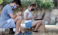 AME4372. LA HABANA (CUBA), 21/04/2020.- Dos jóvenes son vistos conectados a internet desde un parque con conexión wifi, hoy martes en La Habana (Cuba). La COVID-19 se cobró dos nuevas vidas en Cuba, donde el número de fallecidos asciende ya a 38 y el número total de contagios es de 1.137 al sumarse este martes 50 nuevos casos, según el parte diario del Ministerio de Salud Pública (Minsap). EFE/Yander Zamora