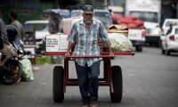 NI5007. MANAGUA (NICARAGUA), 01/05/2020. Un hombre trabaja cargando y trasladando mercadería este viernes durante el Día Internacional del Trabajo, en un mercado de Managua (Nicaragua). Nicaragua conmemora este viernes el Día Internacional de los Trabajadores, con una crisis económica que atraviesa su tercer año consecutivo, con mayor desempleo y pobreza, y en medio de la pandemia de COVID-19 que ha dejado cuatro muertos, según los datos oficiales. EFE/Jorge Torres