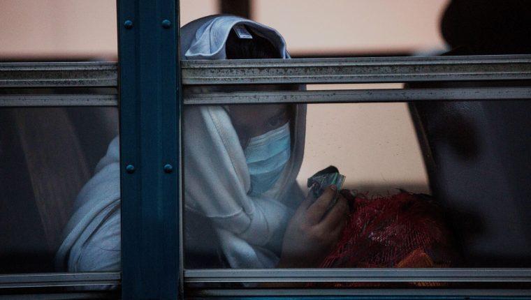 Un migrante deportado de EE. UU. es llevado a un albergue donde quedan internados hasta descartar que tienen coronavirus. (Foto Prensa Libre: Hemeroteca PL)