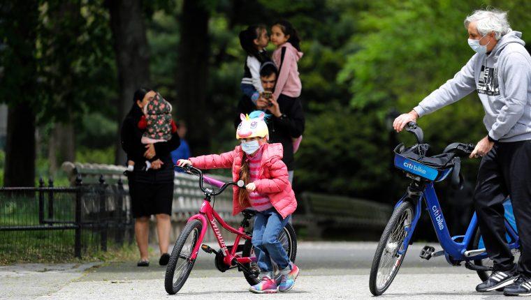 Padres con sus hijos en Central Park en Nueva York, Estados Unidos, el 09 de mayo de 2020. (Foto Prensa Libre: EFE).