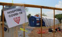 MEX1004. MATAMOROS (MÉXICO), 11/05/2020.- Vista el viernes 8 de mayo del hospital móvil para migrantes con síntomas de COVID-19 en un campamento ubicado en las orillas del río Bravo, en la ciudad de Matamoros, estado de Tamaulipas (México). Un hospital móvil se ha erigido estos días como bote salvavidas y símbolo de solidaridad para los cerca de 2.000 migrantes que permanecen varados en la mexicana ciudad de Matamoros, fronteriza con Estados Unidos. Este mayo, la organización internacional Global Response Management (GRM) habilitó un hospital móvil para atender a los migrantes con síntomas de coronavirus en esta localidad mexicana. EFE/Abraham Pineda
