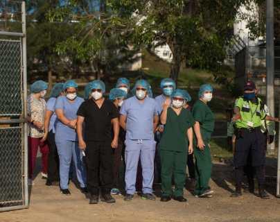 Cuatrocientos médicos recién egresados están disponibles para unirse en primera fila y atender pacientes con coronavirus