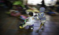 Los niños fueron evaluados y se confirmó el contagio, mientras el resto de la comunidad quedó en cuarentena. (Foto Prensa Libre: EFE)