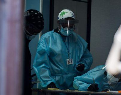 Los hospitales de Nueva York contrataron a jóvenes para trabajos temporales durante la emergencia del coronavirus. (Foto Prensa Libre: EFE)